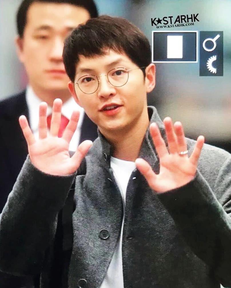 Sân bay MAMA Hồng Kông: Song Joong Ki tiều tụy bất ngờ, bà hoàng Lee Young Ae, EXO cùng dàn siêu sao đổ bộ - Ảnh 1.