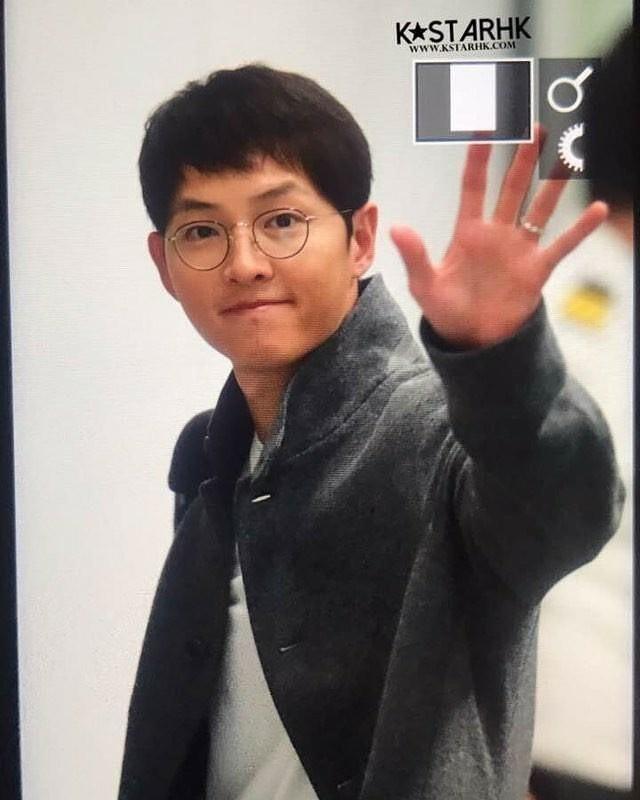 Sân bay MAMA Hồng Kông: Song Joong Ki tiều tụy bất ngờ, bà hoàng Lee Young Ae, EXO cùng dàn siêu sao đổ bộ - Ảnh 2.