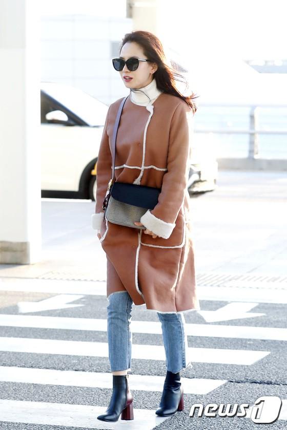 Sân bay MAMA Hồng Kông: Song Joong Ki tiều tụy bất ngờ, bà hoàng Lee Young Ae, EXO cùng dàn siêu sao đổ bộ - Ảnh 13.