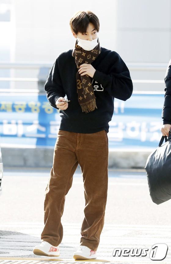 Sân bay MAMA Hồng Kông: Song Joong Ki tiều tụy bất ngờ, bà hoàng Lee Young Ae, EXO cùng dàn siêu sao đổ bộ - Ảnh 23.