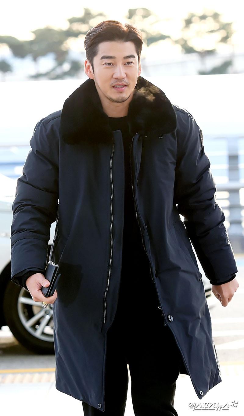 Sân bay MAMA Hồng Kông: Song Joong Ki tiều tụy bất ngờ, bà hoàng Lee Young Ae, EXO cùng dàn siêu sao đổ bộ - Ảnh 26.