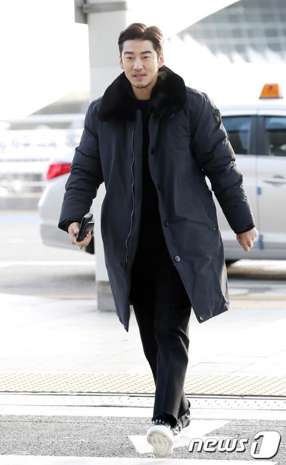 Sân bay MAMA Hồng Kông: Song Joong Ki tiều tụy bất ngờ, bà hoàng Lee Young Ae, EXO cùng dàn siêu sao đổ bộ - Ảnh 25.