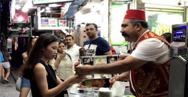 Món kem ảo thuật đường phố Pattaya đốn tim nữ du khách