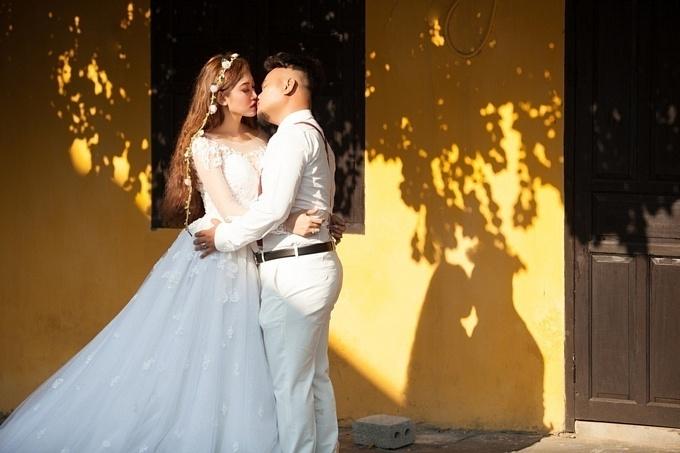 Ảnh cưới lầy lội, hôn bất chấp của cặp đôi Vinh Râu - Lương Minh Trang