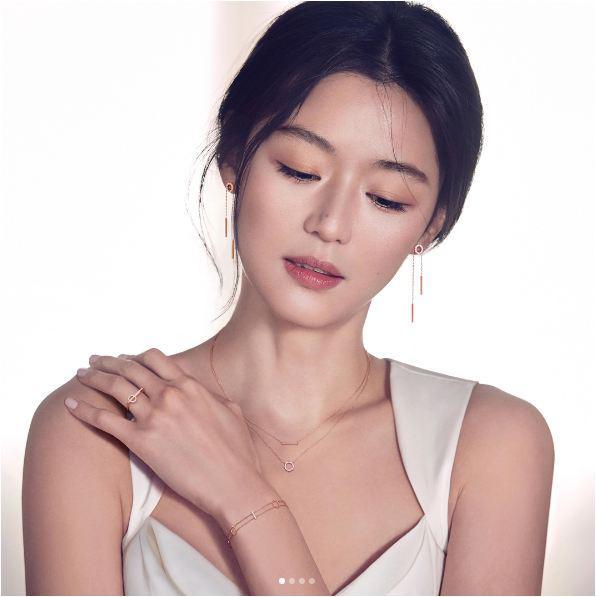 Cô nàng ngổ ngáo Jeon Ji Hyun vác bụng bầu vượt mặt tới Hong Kong cùng chồng