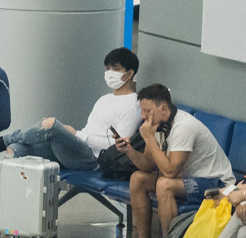 Giữa bão scandal, Tim bịt khẩu trang kín mít sang Hàn Quốc