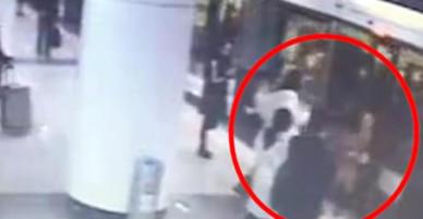Bà bầu bị đá vào bụng vì tranh giành chỗ đứng trên tàu điện ngầm