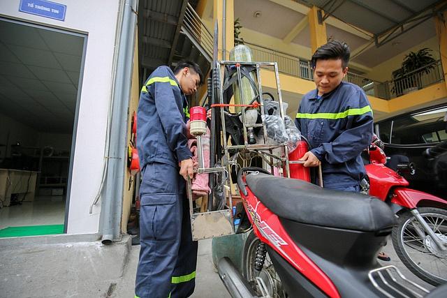 Cảnh sát Hà Nội chế xe máy cứu hỏa ứng phó ngõ hẹp