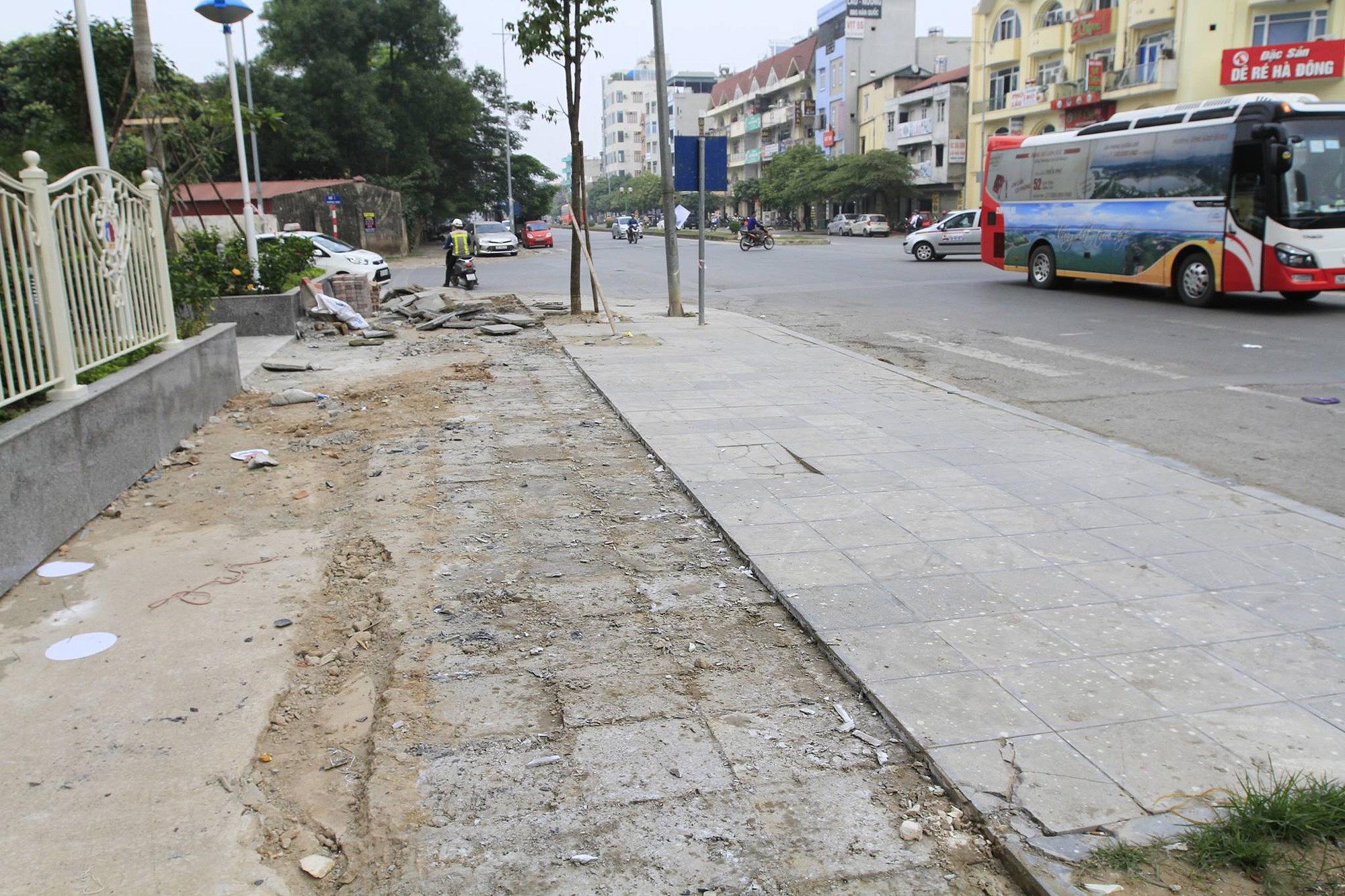 """Hà Nội tạm dừng lát đá vỉa hè """"bền 70 năm"""""""