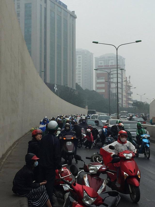 Hàng chục xe máy đổ la liệt trong hầm chui Kim Liên