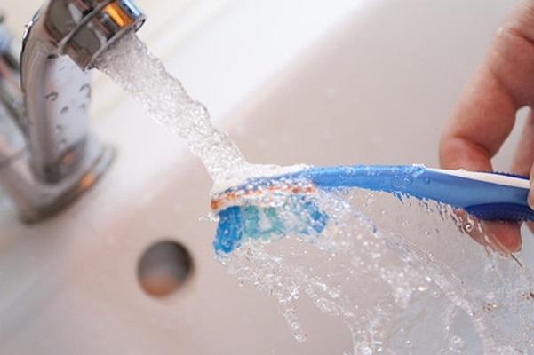 Đừng xem thường: Những thói quen sử dụng bàn chải đánh răng sai be bét thế này khiến cơ thể rước hàng loạt ổ bệnh ảnh 1