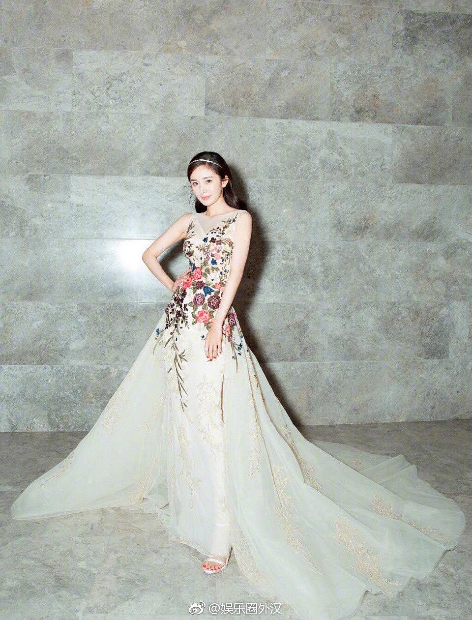 Thảm đỏ Marie Claire: Đường Yên chiếm sóng với chiếc váy đẹp xuất sắc, Lưu Diệc Phi kém sang hơn hẳn Dương Mịch - Angela Baby