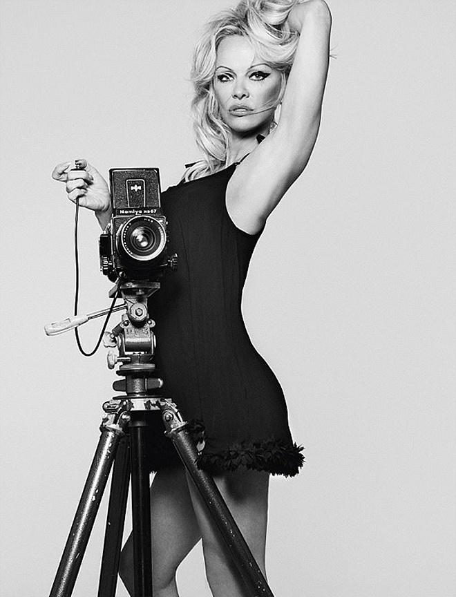 Bom sex Pamela Anderson tung ảnh quyến rũ thách thức thời gian