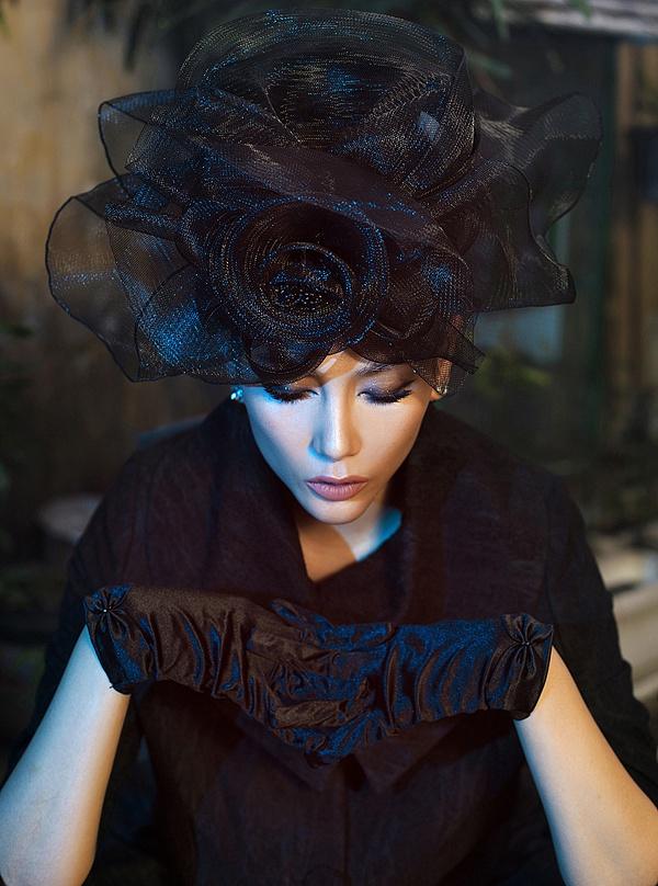 Võ Hoàng Yến hóa quý cô cổ điển cùng trang phục đen