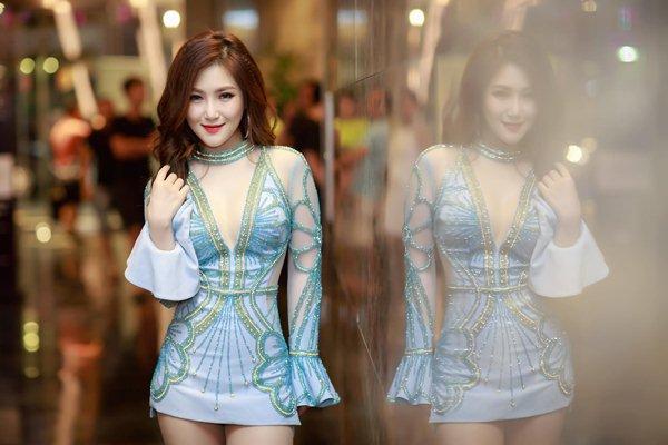 Váy cũn cỡn của em gái mưa Hương Tràm khiến mày râu thót tim