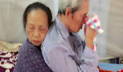 Bức ảnh cụ bà Hà Nội ôm chặt lưng cụ ông khiến con chảy nước mắt
