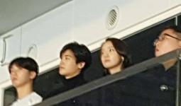 Yoon Ah được 2 mỹ nam hộ tống đến xem concert của BTS