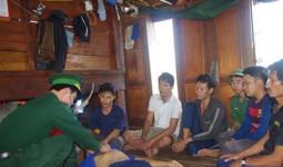 Bình Định: 6 ngư dân gặp nạn được đưa về bờ an toàn