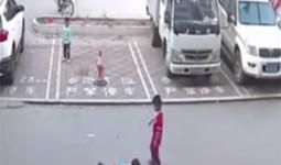 Người lớn thờ ơ, cậu bé 7 tuổi giúp em bé bị tai nạn giữa đường