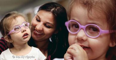 Xúc động khoảnh khắc khi bé gái mù bẩm sinh lần đầu tiên được nhìn thấy mẹ