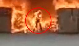 Clip: Cố tình lao vào đám cháy để tìm kiếm tài sản, đàn ông biến thành ngọn đuốc sống