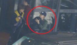Sợ bị paparazzi chụp trôm, Angela Baby bọc chặt, không để lộ mặt con trai trại sân bay