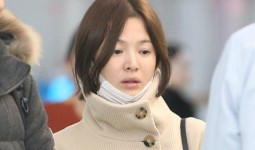 Song Hye Kyo lộ mặt mộc mệt mỏi khi xuất ngoại
