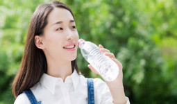 Sự thật gây sốc về nước đóng chai nhiều người uống hàng ngày mà không biết