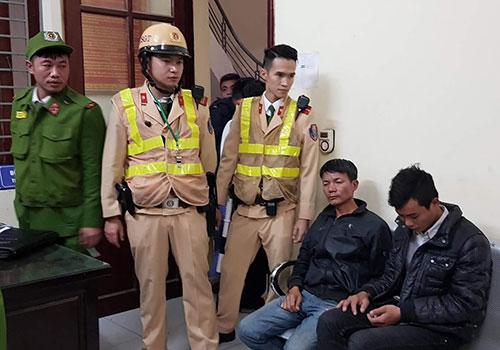 Cảnh sát giao thông chạy bộ truy bắt hai kẻ cướp giật