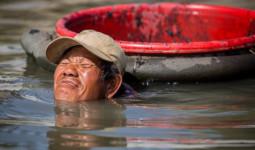 Trầm mình dưới đáy sông mò trùn chỉ ở Sài Gòn