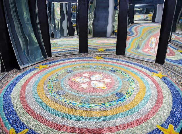 Nhà gương ở Hà Nội được ốp hàng triệu mảnh gốm