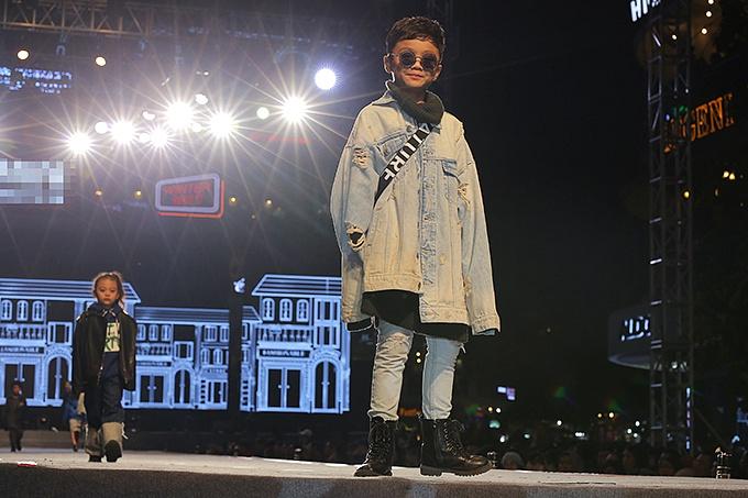 Võ Hoàng Yến sải bước kiêu hãnh trên phố đi bộ Hà Nội