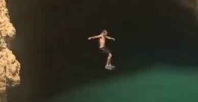 Thực hiện cú nhảy thần sầu xuống hố sâu 15m, chàng thanh niên nhận cái kết đau đớn