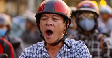 Đường dẫn về sân bay Tân Sơn Nhất kẹt cứng từ trưa đến chiều tối, người Sài Gòn ngáp ngủ trên xe máy