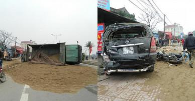 Hà Tĩnh: Xe tải chở cát nổ lốp đâm nát ô tô, xe máy