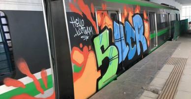 Đoàn tàu đường sắt trên cao Cát Linh - Hà Đông bị vẽ sơn chi chít gây xôn xao