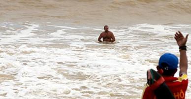4 khách nước ngoài bị nước biển cuốn ở Nha Trang, 1 người tử vong
