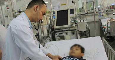 Nuốt bóng đèn led, bé trai 6 tuổi phải cắt một phần phổi