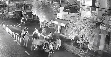 Truy tìm nhóm côn đồ dùng hung khí đánh gục 2 thanh niên đi đường