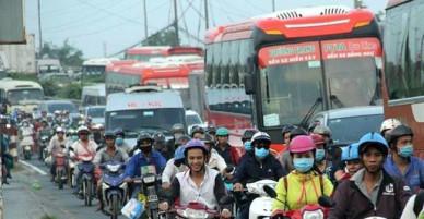 Người dân ùn ùn về quê nghỉ Tết, các cửa ngõ TP Hồ Chí Minh ùn ứ