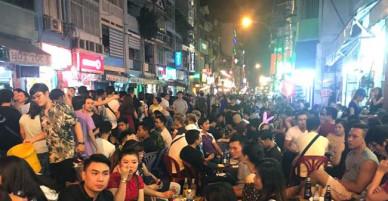 Người dân TP Hồ Chí Minh đổ xuống đường vui countdown và chờ xem pháo hoa