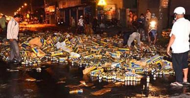 Người dân giúp gom bia khi xe bị nạn giữa khuya