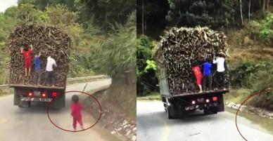 Thót tim cảnh nhóm trẻ đu bám xe tải rút trộm mía