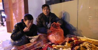 Người vô gia cư tại Hà Nội chống chọi với cái rét thấu da