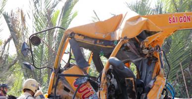 Xe cứu hộ tông container trên cầu Phú Mỹ, 3 người chết