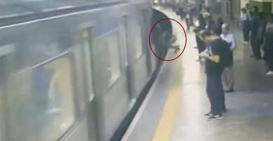 Đang đứng đợi tàu điện, nữ hành khách suýt mất mạng vì một cú đẩy