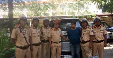 Cảnh sát giao thông truy bắt xe ô tô chở 4.000 bao thuốc lá lậu