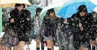 Mặc cho tuyết rơi trắng trời, nữ sinh Nhật Bản vẫn kiên cường diện váy ngắn xinh xắn tới trường