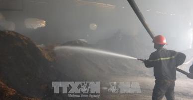 Cháy suốt 7 tiếng, hàng nghìn mét vuông nhà xưởng bị thiêu rụi trong đêm