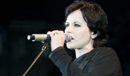 Giọng ca chính của ban nhạc rock The Cranberries đột ngột qua đời ở tuổi 46